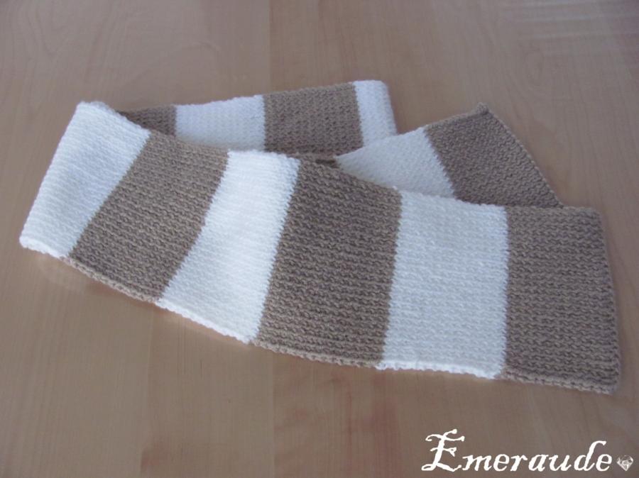 Écharpe rayée sur les aiguilles à tricoter papier peint • papiers peints