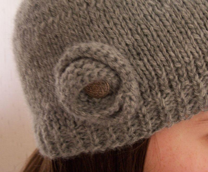 tricoter un bonnet avec une fleur