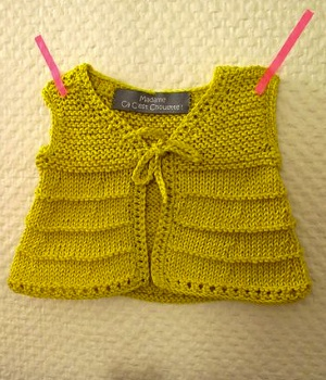 modèle tricot pull sans manche bébé