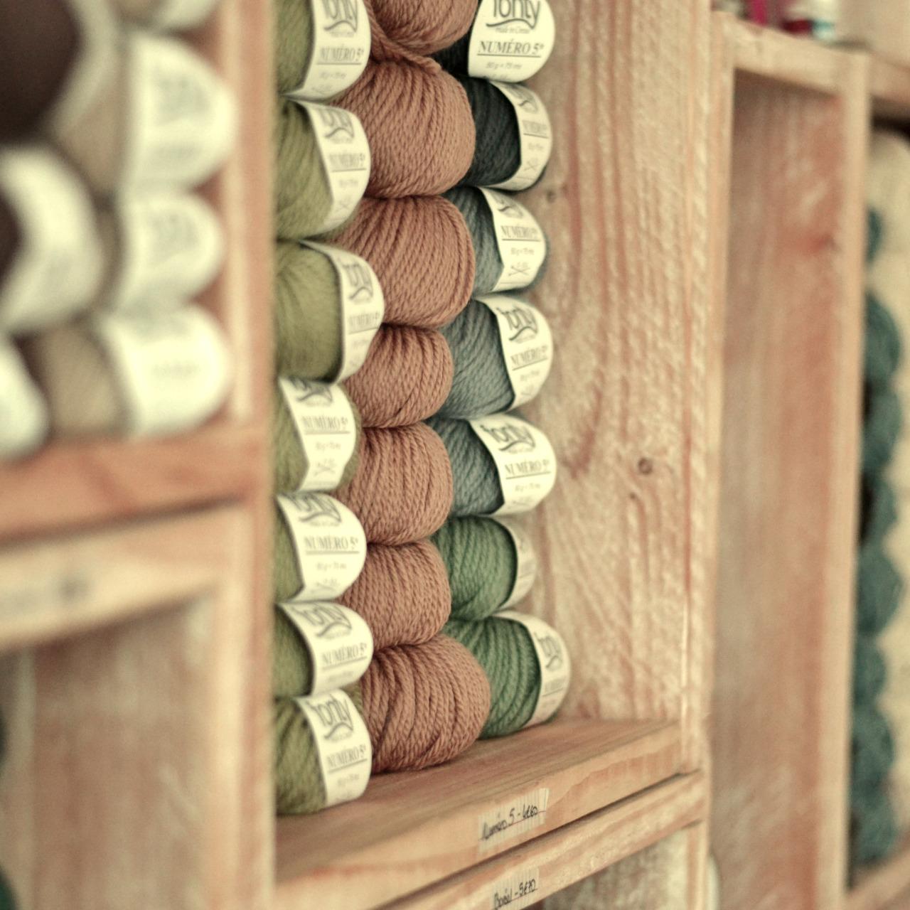 le tricot 100%polyester balayé recto tricotent le tissu  Modèle est **