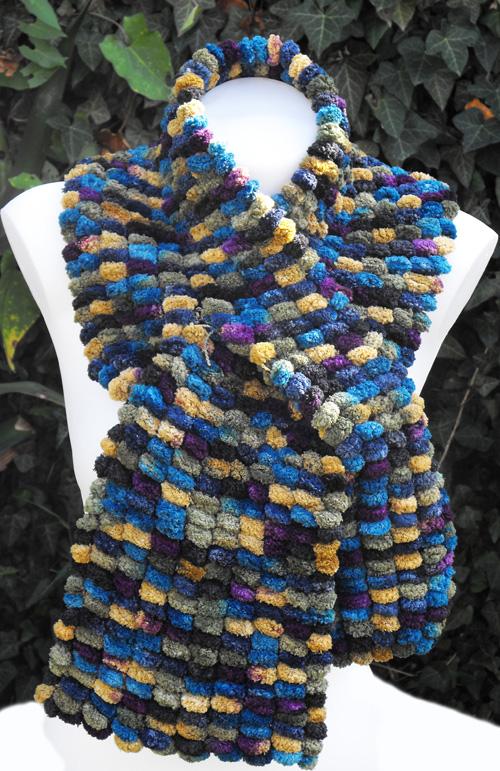 tricoter une echarpe en laine pompon de facon simple